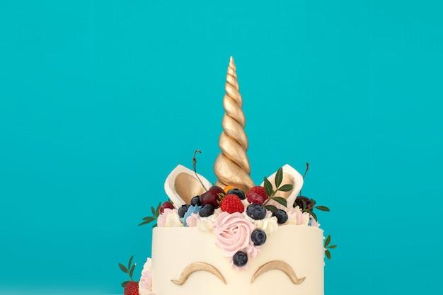 Gâteau licorne avec espace de copie sur le côté