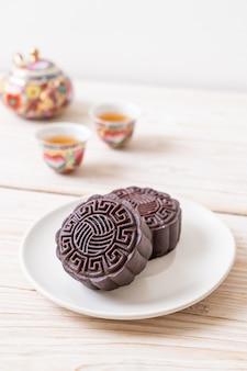 Gâteau de lune chinois au chocolat noir pour la fête de la mi-automne