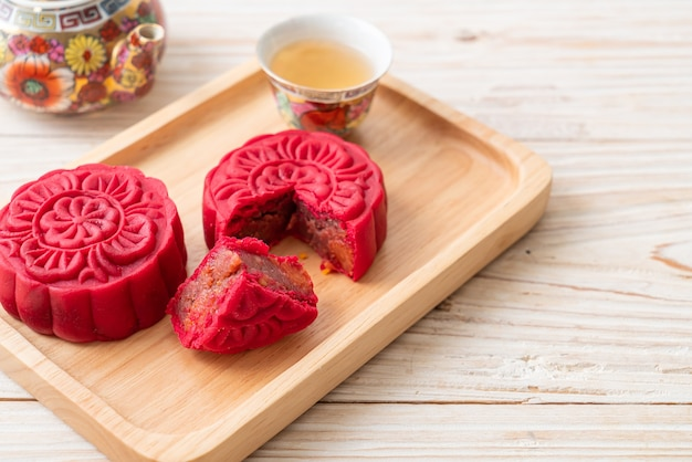 Gâteau de lune chinois saveur de haricots rouges fraise sur plaque de bois