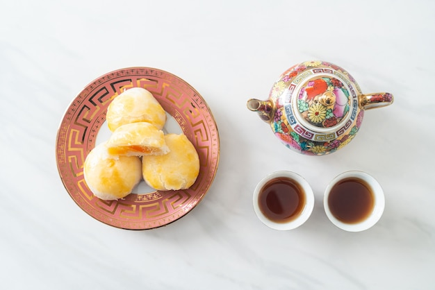 Gâteau de lune de pâtisserie chinoise avec cacahuète d'oeuf salé ou pâtisserie de rouleau de ressort avec des écrous et des oeufs salés - style de cuisine asiatique