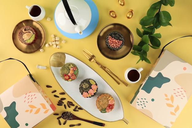 Gâteau de lune premium fait maison (mooncake) avec de la poussière d'or isolé sur fond noir. concept pour le festival de la mi-automne avec espace de copie pour le texte. le caractère chinois est fu signifie fortune