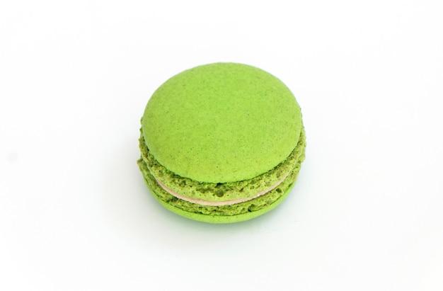Gâteau de macarons au citron vert délicieux dessert sucré sur fond blanc