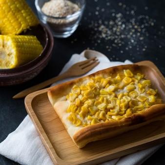 Gâteau de maïs sur la table