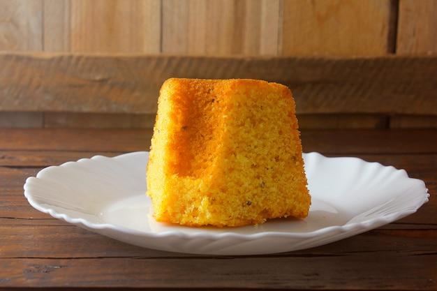 Gâteau de maïs tranché sur plaque blanche