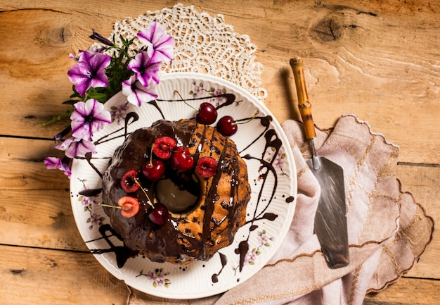 Gâteau maison aux cerises et glaçage au chocolat