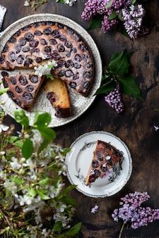 Gâteau maison aux cerises, ricotta et sucre en poudre