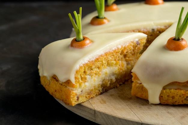 Gateau maison. gâteau aux carottes traditionnel avec de la crème.