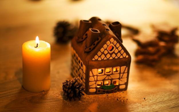 Gâteau de maison de noël féerique avec bougie à l'intérieur et belles lumières de fond