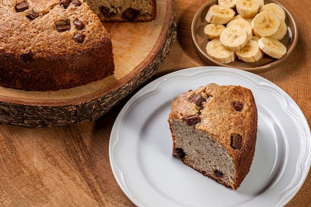 Gâteau maison rustique à base de babana avec des morceaux de chocolat.