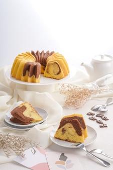 Un gâteau marbré est un gâteau avec un aspect strié ou marbré comme le marbre