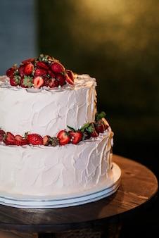 Gâteau de mariage au mariage des jeunes mariés