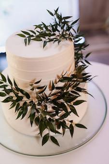Gâteau de mariage blanc au mariage des jeunes mariés