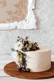 Gâteau de mariage blanc décoré de fleurs d'eustoma et d'eucalyptus. place pour le texte.