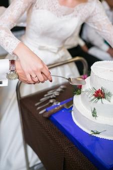 Gâteau de mariage blanc à plusieurs niveaux avec des décorations florales