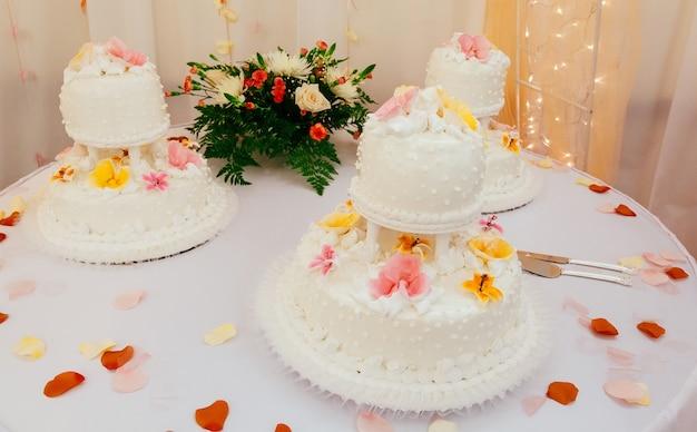 Gâteau de mariage blanc avec des roses
