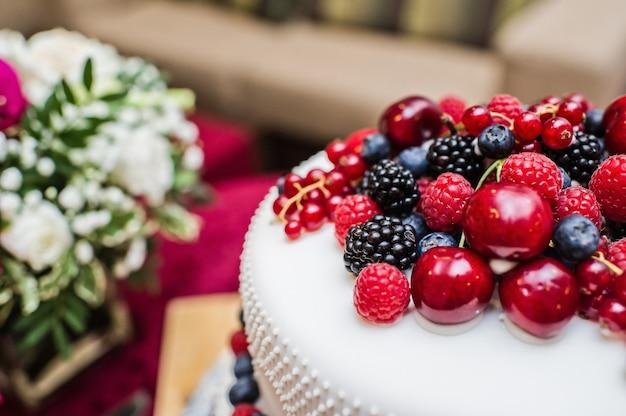 Gâteau de mariage classique avec framboises, fraises, mûres et myrtilles.
