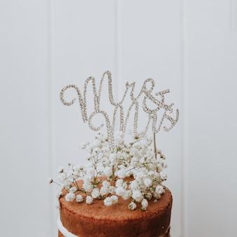 Gâteau de mariage avec décoration paniculata et mr et mme topper