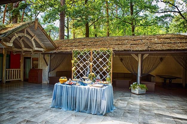 Gâteau de mariage décoré de fleurs debout de table de fête