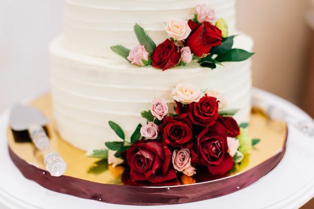 Gâteau de mariage décoré de fleurs