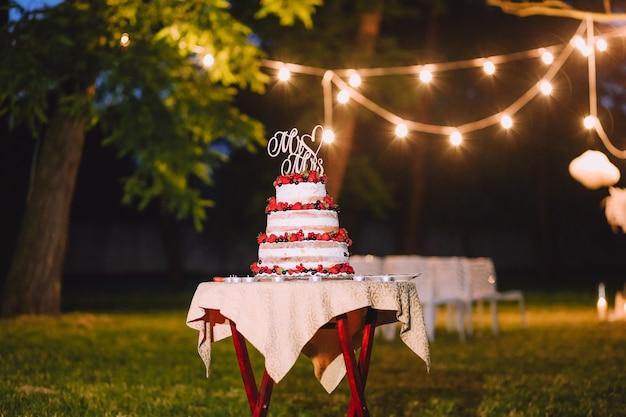 Gâteau de mariage en dehors des lettres du soir m. mme