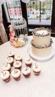 Gâteau de mariage élégant décoré de fleurs et de succulentes.