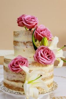 Gâteau de mariage fastive avec fleurs, rose et lis