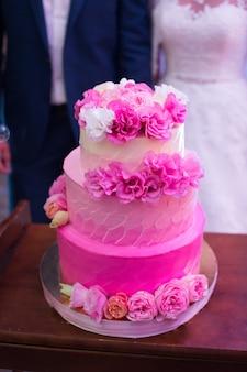 Gâteau de mariage avec des fleurs fraîches