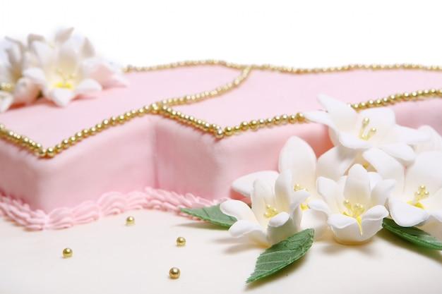 Gâteau de mariage avec des flores de couleur