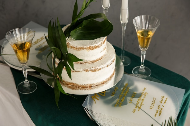 Gâteau de mariage avec fougère verte naturelle. mariage rustique ou verdure. célébration du mariage