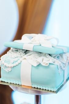 Gâteau de mariage avec des gâteaux turquoise dans le style tiffany