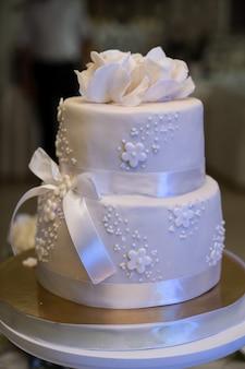 Gâteau de mariage, mains et couteau, coupe