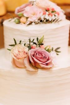 Gâteau de mariage pour célébrer le mariage et organiser un banquet