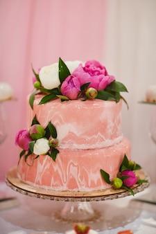 Gâteau de mariage rose pour le jour du mariage.