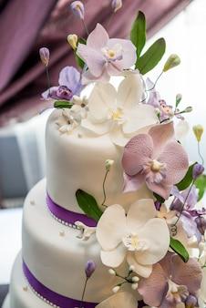 Gâteau de mariage avec roses rouges