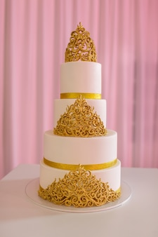 Gâteau de mariage, sur table blanche