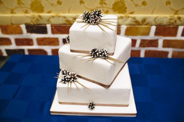 Un gâteau de mariage de trois hauteurs