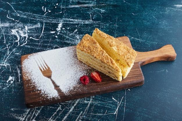 Gâteau medovic sur une planche de bois, vue du dessus.
