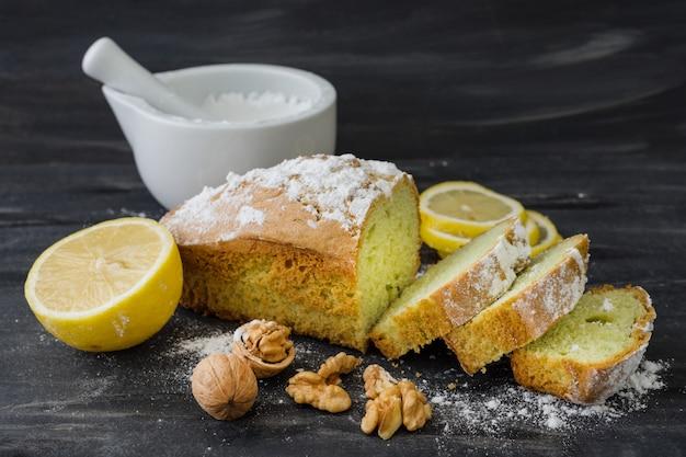Gâteau à la menthe sur surface noire avec citron, noix
