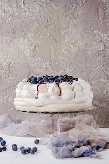 Gâteau de meringue pavlova aux bleuets