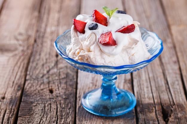 Gâteau de meringue pavlova à la crème et baies