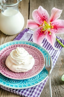 Gâteau à la meringue sur table