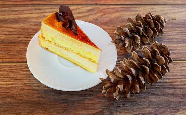 Gâteau de la mise au point sélective des décorations de noël blanches fouettées