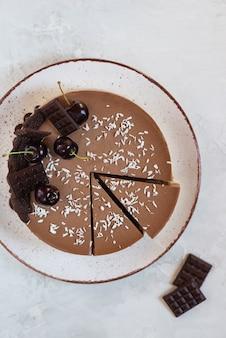 Gâteau mousse au chocolat cru aux cerises
