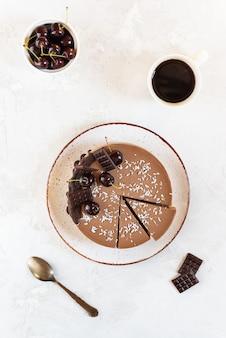 Gâteau mousse au chocolat végétalien cru aux cerises sur la table