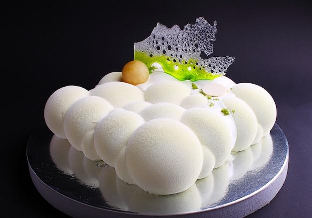 Gâteau à la mousse de baies dans le miroir glacé avec une décoration caramel. sur le fond noir