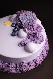 Gâteau à la mousse de baies avec glaçure miroir. avec décor à la myrtille et au caramel