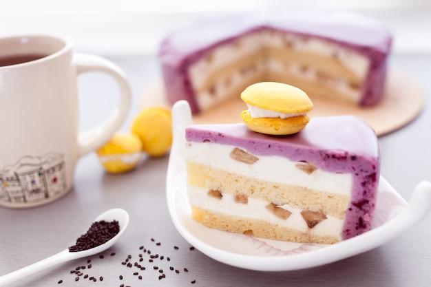 Gâteau mousse de cassis et biscuit avec macaron jaune et café
