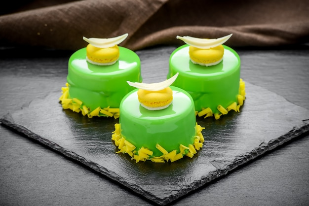 Gâteau mousse tendance avec glaçage miroir décoré.