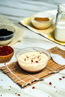 Gâteau mousse de velours rouge dans une tasse