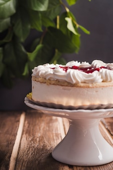 Gâteau mousse vue de côté avec de la confiture rouge